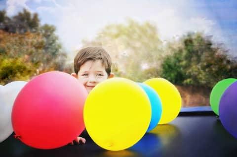 Kind mit bunten Luftballons