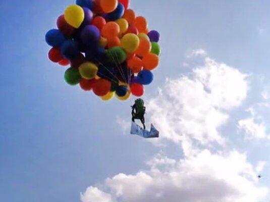 Kanadier macht Ausflug mit 150  Luftballons - Mit 150 Heliumballons hebt dieser Canadier ab!